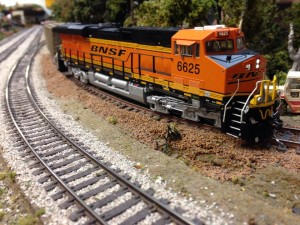 BNSF monsttter unit crepping into Limestone pit